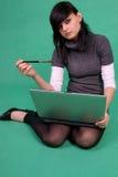 Kunstenaar met laptop en borstel. Stock Afbeeldingen