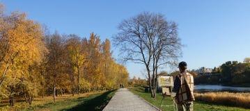 Kunstenaar op etudes in het park door de rivier royalty-vrije stock afbeeldingen