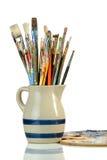 Kunstenaar Paintbrushes in een Kruik en een Palet Royalty-vrije Stock Afbeelding