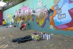 Kunstenaar Painting een Muurschilderingmuur bij een Straat van Vancouver royalty-vrije stock foto's