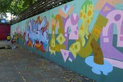 Kunstenaar Painting een Muurschilderingmuur bij een Straat van Vancouver stock foto's