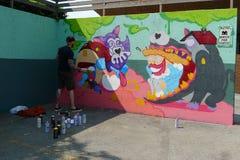 Kunstenaar Painting een Muurschilderingmuur bij een Straat van Vancouver royalty-vrije stock foto