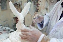 Kunstenaar Sculpting Alabaster, Volterra, Italië stock afbeelding