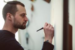 Kunstenaar terwijl het trekken royalty-vrije stock fotografie