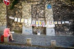 Kunstenaar voor haar zelf-gecreeerde straatgalerij, Montmartre, Parijs Stock Foto's