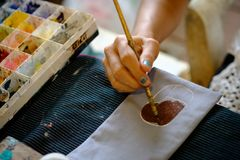 Kunstenaar Working On Painting in Doekzak Achtergrond, selec royalty-vrije stock afbeelding