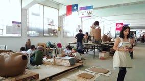 Kunstenaars die aan hun beeldhouwwerk in 12de Internationaal Eskisehir Terra Cotta Symposium werken stock footage