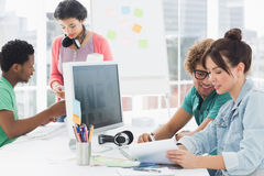 Kunstenaars die bij bureau in het creatieve bureau werken Stock Foto's