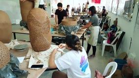 Kunstenaars die in een atelier tijdens 12de Internationaal Eskisehir Terra Cotta Symposium werken stock footage