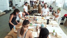 Kunstenaars die in een atelier tijdens 12de Internationaal Eskisehir Terra Cotta Symposium werken stock videobeelden