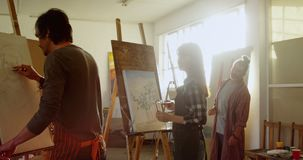 Kunstenaars die op canvas 4k schilderen stock videobeelden