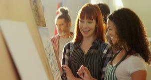 Kunstenaars die op canvas 4k schilderen stock video