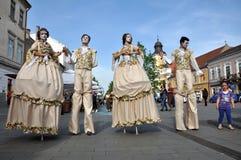 Kunstenaars die op stelten in middeleeuwse kostuums presteren royalty-vrije stock afbeelding