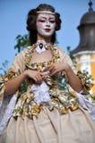 Kunstenaars die op stelten in middeleeuwse kostuums presteren royalty-vrije stock fotografie