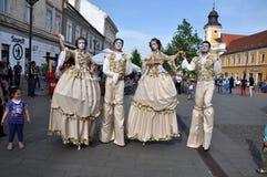Kunstenaars die op stelten in middeleeuwse kostuums presteren royalty-vrije stock foto's