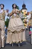 Kunstenaars die op stelten in middeleeuwse kostuums presteren stock afbeeldingen