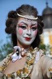 Kunstenaars die op stelten in middeleeuwse kostuums presteren stock foto's