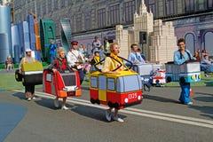 Kunstenaars in kostuums van het vervoer op Tverskaya-straat bij de Stadsdag 870 jaar in Moskou stock foto's