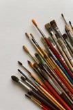 Kunstenaars` s borstels op witte achtergrond worden geïsoleerd die Royalty-vrije Stock Afbeeldingen