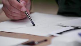 Kunstenaars` s Handen die met een Borstel schilderen stock footage