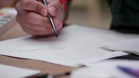 Kunstenaars` s Handen die met een Borstel schilderen stock videobeelden