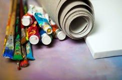 Kunstenaarscanvas in broodje, canvasbrancard en penselen royalty-vrije stock foto
