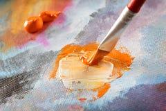 Kunstenaarshand het schilderen Stock Afbeeldingen