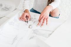 Kunstenaarshanden die schets trekken op whatman royalty-vrije stock foto