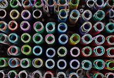 Kunstenaarshulpmiddelen die pennen in vele schaduwen kleuren stock fotografie
