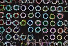 Kunstenaarshulpmiddelen die pennen in vele schaduwen kleuren stock foto's