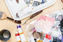 Kunstenaarslijst met verven, borstels Stock Afbeeldingen