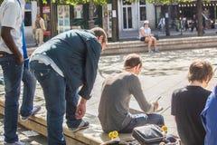 Kunstenaarsschetsen met toeschouwers in een vierkant van Parijs Royalty-vrije Stock Foto's