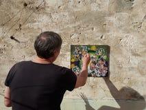 Kunstenaarsschilder op het terras Stock Foto