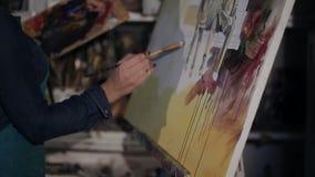 Kunstenaarsverven in olie op canvas close-up op een beeld stock video