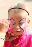 Kunstenaarsverven op gezicht van meisje Royalty-vrije Stock Foto's