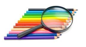 Kunsterziehungskonzept - Bleistifte und Glas lizenzfreie stockfotos