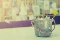 Kunstfarbe und -bürste können herein mit Wasser für das Säubern lizenzfreies stockbild