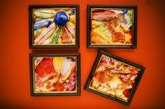 Kunstfelder auf roter Wand Lizenzfreie Stockfotografie