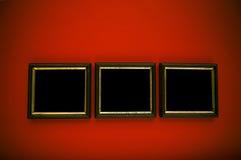 Kunstfelder auf roter Wand Stockbilder