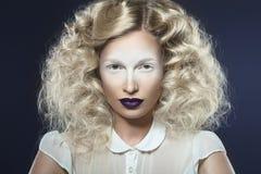 Kunstfoto des schönen Mädchens mit den violetten Lippen und den blassen Augen Lizenzfreie Stockbilder
