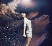 Kunstfoto van de balletdanser onder kleurrijk stof stock afbeeldingen