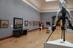 Kunstgaleriebezoekers stock foto's
