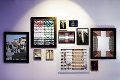 Kunstgaleriekaders op muur worden gehangen die stock afbeelding