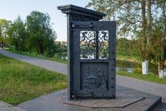 Kunstgegenstand ` Tür zu ` auf Kai in Vologda stockbild