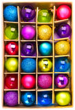 Kunstgeschenkkasten mit hellen farbigen Weihnachtskugeln Stockbild