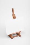 Kunstgestell mit weißer Karte. stockbild