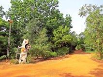 Kunstinstallation in Auroville stockbild