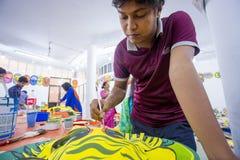 Kunstinstitutstudent, der ein großes Größe Königingesicht malt Stockfoto