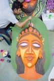 Kunstinstitutstudent, der ein großes Größe Königingesicht malt Stockbilder