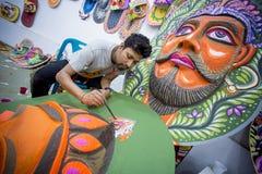 Kunstinstitutstudent, der ein großes Größe Königingesicht malt Lizenzfreie Stockfotografie